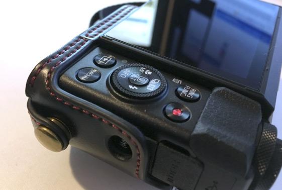 商品到着から実際にカメラにケースを取り付けてみた様子をご紹介