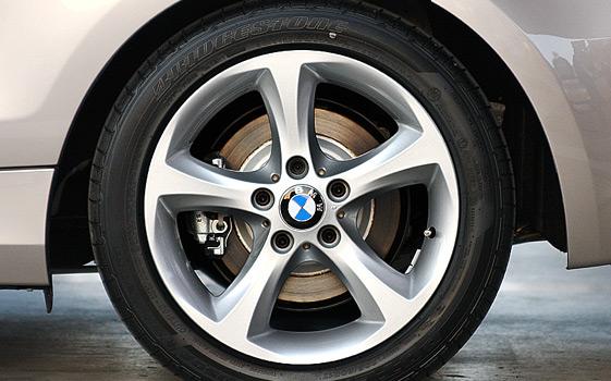 車の新品タイヤの赤色や黄色の丸いマークって何のためにあるの?