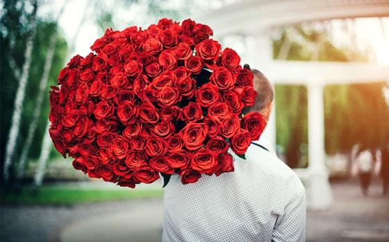 バラの花束100本を贈る意味は?バラの花100本でいくら?重さは?