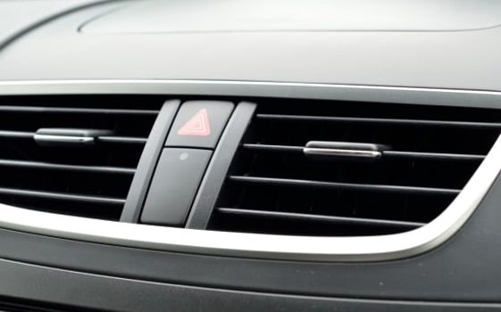 車のエアコンの臭いがくさい!臭いの原因を即効で除去して消す方法
