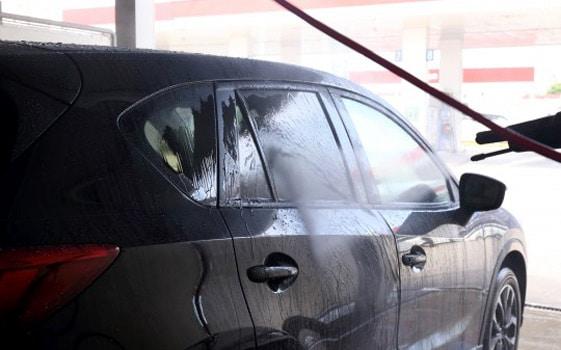 車に乗った後はキレイな水で洗い流せば洗車しなくてもいいの?