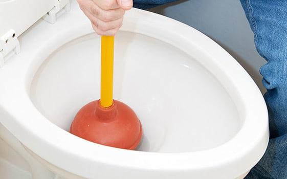 トイレが詰まって流れない原因と対処方法