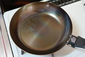 鉄フライパンを強火で熱します