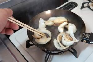 油を多めにクズ野菜を入れて炒めます